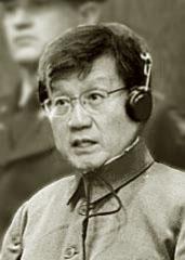 空白の被告席に掲げられた李泰鎮写真